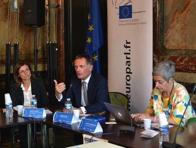 Philippe Juvin, Eurodéputé UMP d'Ile-de-France, entouré de Mme Caroline Olivier-Yanniv, directrice du master (à droite) et de Mme Isabelle Coustet représentante du Bureau d'information pour la France du Parlement Européen.