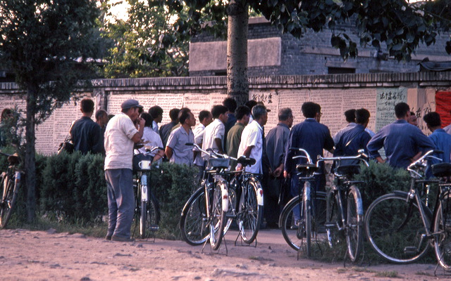 Chinois réunis devant des dazibaos. Source : http://laboratoireurbanismeinsurrectionnel.blogspot.fr/2012/09/chine-dazibao_19.