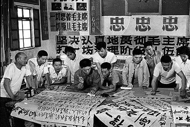 Ouvriers et étudiants élaborant leurs dazibaos. Source : http://laboratoireurbanismeinsurrectionnel.blogspot.fr/2012/09/chine-dazibao_19.html