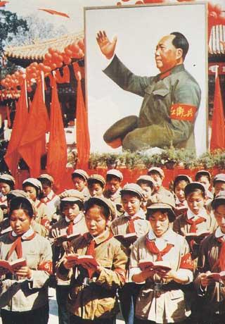 Jeunes gardes rouges lisant collectivement le Livre Rouge de Mao sous son portrait, un exemple du culte de la personnalité qui lui était rendu. Source : https://victoriaoprimidos.files.wordpress.com/2016/11/v1218.png