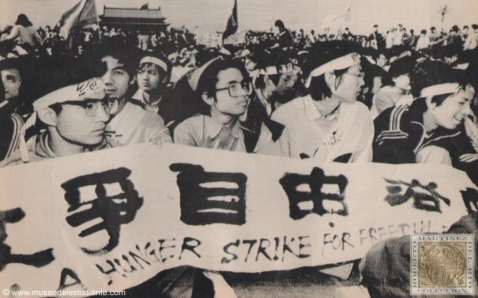 Etudiants manifestant sur la place Tien An Men en 1976. Source : http://www.museodelestudiante.com/Fotografias/Tianamen1(I).jpg