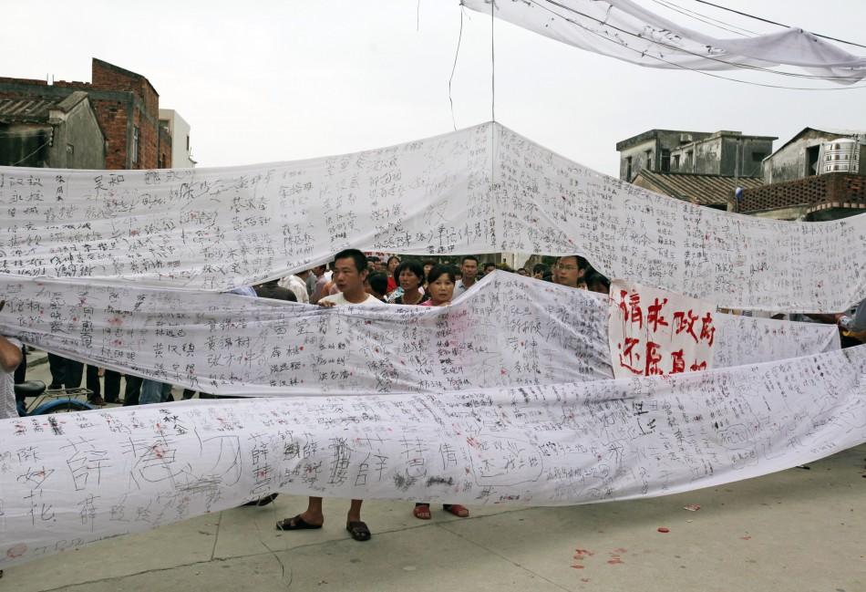 Manifestants Chinois brandissant des banderoles présentant leurs doléances, une des formes que peut prendre le dazibao. Source : http://laboratoireurbanismeinsurrectionnel.blogspot.fr/2012/09/chine-dazibao_19.html