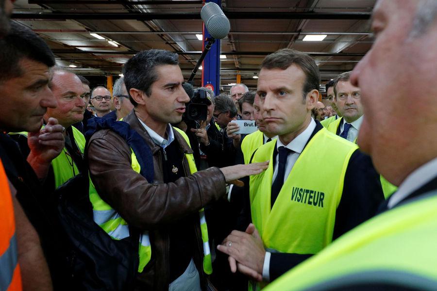 Le député François Ruffin et Emmanuel Macron se retrouvent le mardi 3 octobre dans l'usine Whirlpool, à Amiens (Somme). [Source : Reuters]