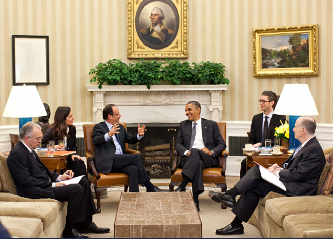 Rencontre bilatérale entre le président américain Barack Obama et le président français François Hollande, dans le bureau ovale de la Maison Blanche (photo Pete Souza, photographe officiel de la Maison Blanche, source : whitehouse.gov)